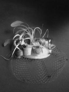 Tocado en plata y azul cobalto, fotografía blanco y negro