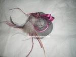 Re. 012.. Broche sombrero gris y rosa magenta  de goma Eva