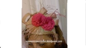 Re. 039 Tocado con flores rosa fresa, Carolina