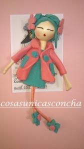 Broche muñequita con abrigo