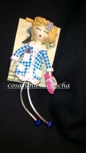 Broche de maestra con babi y  cartera