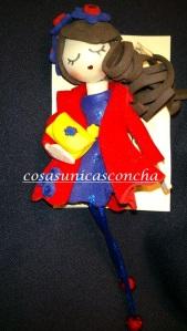 Broche de muñequita con abrigo y bolso
