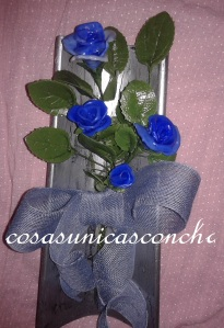 Teja con ramo de rosas de porcelana