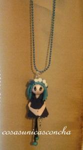 R. 004 Colgante mini muñeca de goma eva