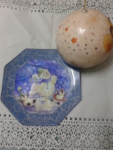 Plato decorado con servilleta y bola para el Árbol