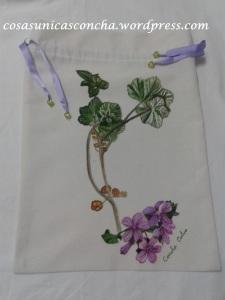 R. 064 Bolsa pintada a mano. motivo, flor de malva