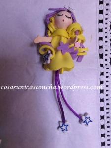 broche de muñequita de goma Eva