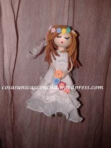broche de muñequita de goma Eva novia