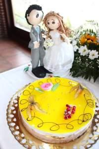 Los novios con la tarta