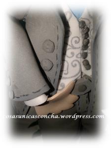 R. 246 Detalle del chaleco y botones del traje del novio