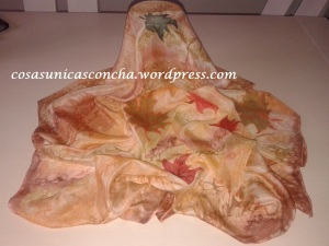Pañuelo de seda, pintado con varias técnicas. Las hojas están pintadas a mano alzada-