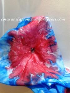Fular de seda pintado en tonos azul y rojo