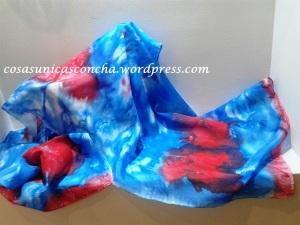 Fular de seda pintado a mano tonos azul y rojo
