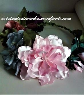 corona de flores de raso