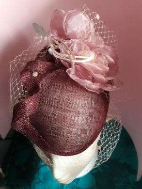 Tocado con rosa de organza y lazo de sinamay