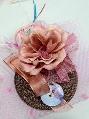 Tocado con rosa de tela, plumeti de tul y botón pintado