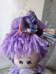 Ojos y detalle del peinado de muñeca de trapo , preciosa, lila