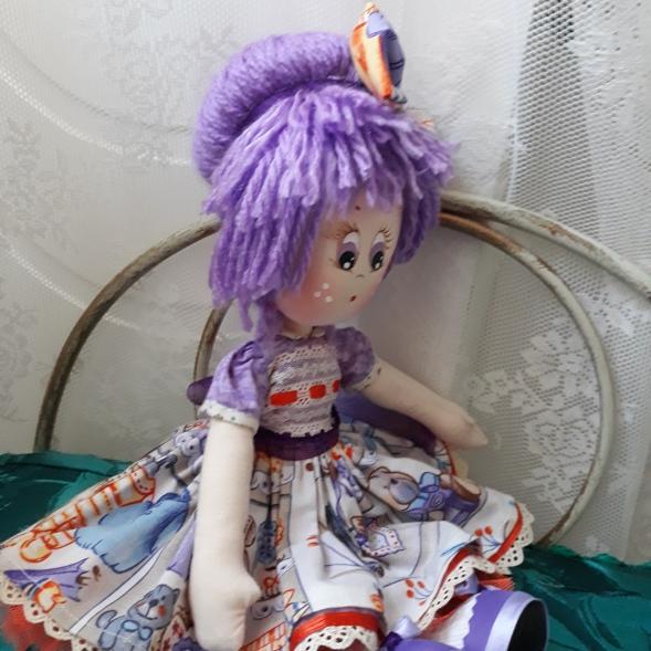 Muñeca de trapo lila, preciosa