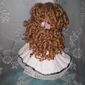 Muñeca de trapo tierna, pelo rizado