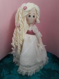 Muñeca de comunión de trapo, detalle vela y tirabuzones