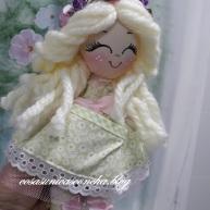 MuñMuñequita de trapo felizeca de trapo, realizada completamente amano, carita pintada a mano, con el pelo de lana y corona de flores adornando,tiene un gran bolsillo en el vestido