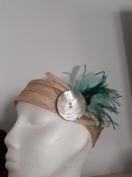 Tocado de turbante, hecho en Sinamay con botón de nácar