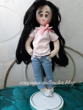 Muñeca de trapo con vaqueros y blusa