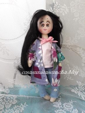 Muñeca de tela con vaqueros, blusa de tela, y guardapolvo