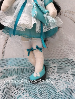 Detalle de las medias de la muñeca Princesa y las manoletinas