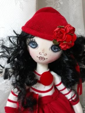 Muñeca de trapo con gorro rojo