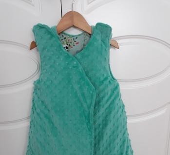 Saco de dormir para bebe, esta es la parte de dentro, que es de tela de coralina verde esmeralda, relajante
