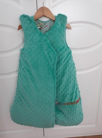 saco de dormir para bebes , parte de dentro tela coralina verde
