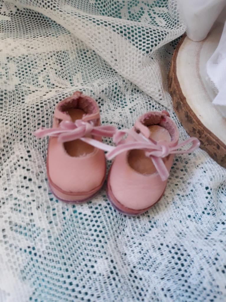 Zapatos para muñequita de trapo, novia, Están hechos a mano, son de piel, y los lazos son de terciopelo.