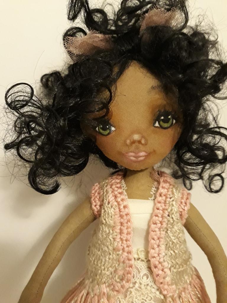 Muñeca de trapo negrita, hecha a mano, la ropita y los zapatos también están hechos a mano, el chaleco es de crochett y la carita está pintada con pinturas pastel